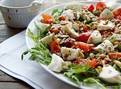 ogrody babilonu: sałatka z rukolą, pomidorami i mozzarellą