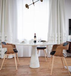 Case Moderne Interni, Sala Da Pranzo Arredata Con Un Tavolo Di Marmo  Rotondo E Due