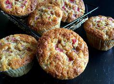 Super lækker opskrift på de bedste makronmuffins med rabarber med og en let sprød top. Perfekt til dessert, eftermiddagskaffe, skovture og picnickurve.