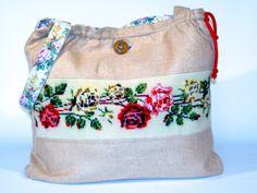 friedchensshop.dawanda.com: Die Tasche ist aus sommerlicher, beigefarbener Naturseide. Auf der Vorderseite ist ein Band mit einer Rosenranke aufgenäht. Dieses Gobelin Bild wur...