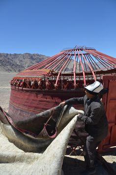 Arquitetura Vernicular: Yurt ou Ger: habitação circular da Mongólia / http://westtotheeast.wordpress.com/2013/09/14/how-to-build-a-yurt-step-by-step/