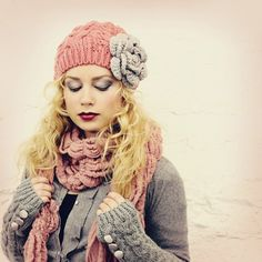 A girl can never have too many slouchy knit hats with big flowers. Love Light Pink and Gray:) Loom Knitting, Knitting Patterns, Crochet Patterns, Knitting Projects, Crochet Projects, Love Hat, Slouchy Hat, Scarf Hat, Cute Hats
