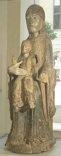 Auvergne deuxième quart du XIIe siècle La Vierge et l'Enfant en majesté Bois (noyer) polychromé, traces de plaques métalliques H. : 0,84 m. ; L. : 0,27 m. ; Pr. : 0,36 m. Statue-reliquaire comportant une cavité destinée à abriter des reliques.
