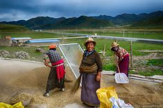 Rostáló asszonyok, Kanszu tartomány, Kína 2017 Sifting women, Gansu province, China 2017 Photo: Somogyi Márk - http://www.somogyimark.hu #China #countryside #Gansu