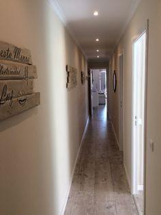 La pared de mi largo pasillo decorada con cuadros de palets hechos por mi.