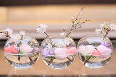 和をテーマにしたテーブル装花 | アニヴェルセル ヒルズ 横浜(神奈川県:ゲストハウス) | 結婚式場・結婚準備の口コミサイト-みんなのウェディング [写真から探す] Ikebana Flower Arrangement, Floral Arrangements, Bonsai Plante, Cherry Blossom Party, Wedding Bouquets, Wedding Flowers, Wedding Notes, Japanese Wedding, Japanese Flowers
