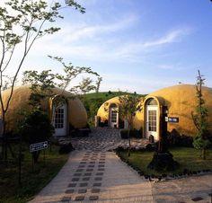 Несколько купольных пенопластовых домов
