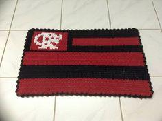 Tapete feito em croche barbante medindo 66cm de comprimento, por 39cm de altura. R$ 40,00