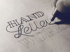 100 Top Resources for Typography and Hand-Lettering. Here's what you'll find: Some of our favorite hand-letterers and typographers (some modern day experts on type, you might say! Awesome type and hand-lettering tutorials. Schrift Design, Hand Lettering For Beginners, Calligraphy Letters, Caligraphy, Learn Calligraphy, Paper Crafts, Diy Crafts, Penmanship, Brush Lettering