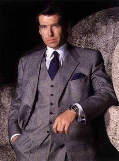 """Reprodução - De 1995 a 2002, Pierce Brosnan assume o papel de James Bond, que passa a ter os ternos assinados pela grife italiana Brioni - e, pela primeira vez, o guarda-roupa do agente 007 se afasta dos cortes ingleses tradicionais. A lapela passa a ser no estilo """"peaked"""", mais pontuda e chamativa. Na foto, o filme de estreia de Brosnan, 'GoldenEye'."""