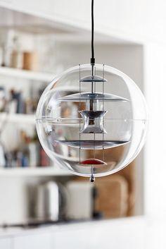 Wohin würden Sie Ihren Globus hängen? Verpan präsentiert Verner Pantons Globe in einer neuen Ausgabe: Globe, das Lichtobjekt aus rauchfarbigen Glas, erinnert im ausgeschaltetem Zustand an eine überdimensionierte Seifenblase und leuchtend an ein schwebendes Ufo.