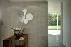 Concrete bathroom in a pool house. Olivier Vallat Architecte. Photo © Luca Fascini.