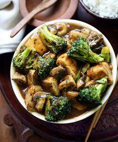Chicken, broccoli and mushroom stir-fry Stir-fried chicken, broccoli and mushrooms coated in a fragrant Chinese inspired sauce. Chicken Broccoli Stir Fry, Fried Chicken, Chicken Feed, Asian Chicken, Grilled Eggplant, Grilled Zucchini, Sauce Thai, Mushroom Stir Fry, Crockpot