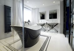 Czarno-biała łazienka wykonana z marmuru Nero Marquina oraz konglomeratu kwarcowego @technistone  Crystal Absolute White. @imarpolska. Black and white bathroom made of marble Nero Marquina and Technistone quartz agglomerate Crystal Absolute White.