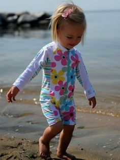 UV Zwempakje – Lange mouw – Pastel Flowers/Stripe http://www.zonnepakje.nl/shop/baby-0-2-jaar/uv-zwempakje-lange-mouw-pastel-flowersstripe/