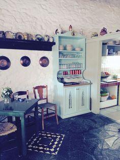 «Όλα εδώ μέσα τα έχω φτιάξει μόνος μου. Κράτησα όλα τα παλιά αντικείμενα που είχε το σπίτι και στόλισα τους τοίχους με τα ταψιά ακόμη και το σίδερο με το κάρβουνο έβαλα σε μια εσοχή του τοίχου».