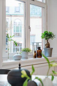 window sill decor ideas Interior Design How To Get Started Window Ledge Decor, Window Ideas, Kitchen Window Decor, Home Decor Bedroom, Room Decor, Casa Milano, Window Design, Home Staging, Home Decor Inspiration