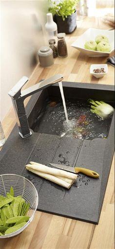 un bel évier noir sur un plan de travail tout en bois... Une ambiance zen pour cuisiner sainement!                                                                                                                                                      Plus