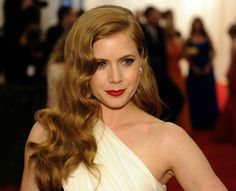 Amy Adams channels old Hollywood with her side curls and deep red lips. #celebstylewed #bridal #nuptials