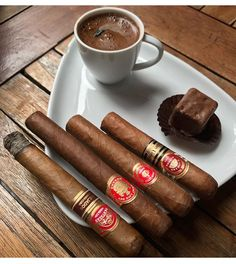 Que maldi belleza Whisky, Cigars And Whiskey, Good Cigars, Pipes And Cigars, Cigar Humidor, Cigar Bar, Chocolate Cigars, Cigar Smoking, Smoking Pipes