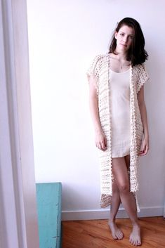 We love treating this crochet duster as a summer accessory Bordado Tipo Chicken Scratch, Summer Accessories, Slow Fashion, Crochet Clothes, White Tops, Knit Crochet, Knitwear, Cute Outfits, Women Wear