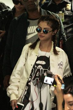 "American pop singer Selena Gomez arrived in the Philippines on Saturday evening for the Manila leg of her ""Revival"" concert tour. Gomez received a warm welcome as she was mobbed by fans and Style Selena Gomez, Selena Gomez Cute, Selena Gomez Outfits, Rihanna, Marie Gomez, Look Fashion, Woman Crush, My Idol, Celebrity Style"