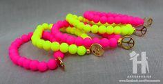 Osez le fluo ultra tendance cet annee !    Bracelet monté sur élastique composé de perles nacrées...