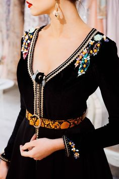 Caftan combined with belt Hijab Fashion, Fashion Dresses, Moroccan Caftan, Caftan Dress, Mode Style, Traditional Outfits, Chic, Stylish, Womens Fashion