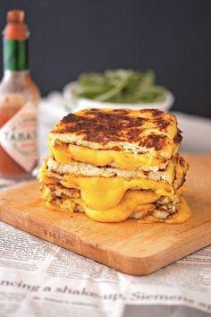Cauliflower Crust Grilled Cheese: 1 kleiner Blumenkohl, 1 EI, Mozzarella, geschredderter Käse