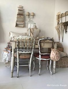 Treasures - het geruite roosje * s h a b b y * c h i c * интерьер, винтаж, Shabby Chic Antiques, Shabby Chic Homes, Vintage Country, Vintage Shabby Chic, White Cabinets White Countertops, Parasols, Farmhouse Chic, Cottage Style, White Cottage