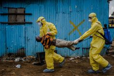 daniel berehulak – monrovia, liberia – september 2014 daniel berehulak's work for the new york times from liberia, gave us a window into a devastating ebola epidemic TIME magazine picks the most influential images of 2014 New York Times, Le Times, Time Magazine, Apocalypse Now, Exposition Photo, Picture Editor, Pictures Of The Week, Expositions, West Africa