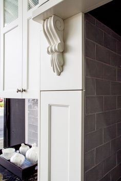 Traditional kitchen. Corbel. Pull-out pantry. Hob over cooker. www.thekitchendesigncentre.com.au