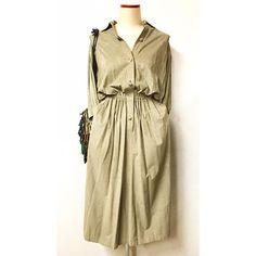 fake suede dress  両サイドのポケットに手をつっこんで着たい made in USAのフェイクスエード。  ウエストでクシャッと自然と出来るプリーツと、 ブラウジングされた膨らみを楽しんで着てもらいたい服  しっかり首元までボタンを閉めるとまた違った雰囲気に。
