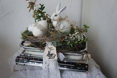 Eine zauberhaft schöne Osterdeko.... In einer antiken Krups Küchenwaage sitzt ein wunderschöner Hase und wacht über das Ei im Nest... Es finden sich Wachteleier, Reben, Allerlei aus der...