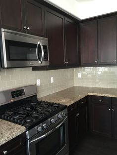 simple kitchen remodel Storage - Kitchen backsplash with dark cabinets - Dark Brown Kitchen Cabinets, Backsplash With Dark Cabinets, Brown Kitchens, Kitchen Cabinetry, Kitchen Backsplash, Espresso Cabinets, Island Kitchen, Backsplash Ideas, Home Decor Kitchen