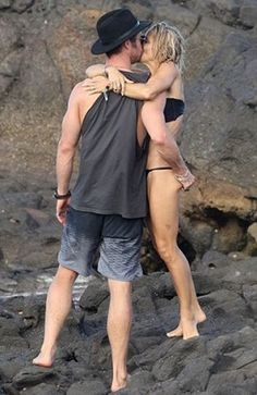 Welcome to Oghenemaga Otewu's Blog: Photos: Actor, Chris Hemsworth grabs his wife's bu...