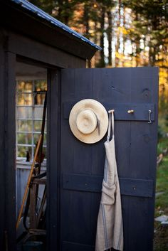 if i ever do have a little tool shed i will have the hat and apron for gardening :)