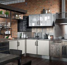 Фрагмент кухни Industrial. Она сделана из дерева, нержавеющей стали, алюминия и стекла.