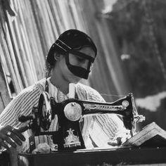 Oman, circa 1970s. Arabian Women, Arabian Art, Arabian Beauty, Iranian Women Fashion, Arab Fashion, Fashion Women, Old Photos, Vintage Photos, Middle East Culture