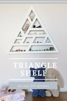 Triangle shelf DIY. Find out how to make this keepsake shelf Reclaimed Wood Desk, Reclaimed Wood Projects, Transitional Home Decor, Contemporary Home Decor, Woodworking Plans, Woodworking Projects, Diy Projects, Furniture Makeover, Diy Furniture