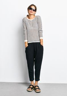 Cropped Relaxed Trousers : These cropped, easy-fit trousers are simply chic. Wear for work to weekend for effortless style. Adrette Outfits, Trouser Outfits, Casual Outfits, Fashion Outfits, Cropped Trousers Outfit, Trousers Women, Black Trousers Outfit Casual, Pants, Feminine Fashion