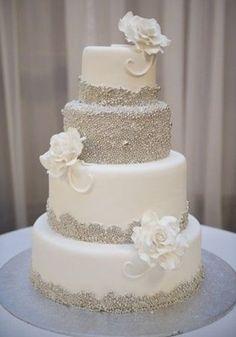 Bruidstaart met roosjes en glitters.