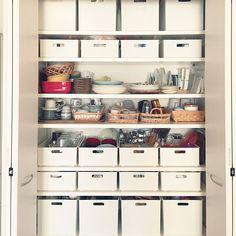 ニトリのカラーボックスにぴったり収まるインボックス。実は、収納上手なユーザーさんの多くが愛用されているアイテムなのです。サイズ豊富で、縦にも横にも使えるインボックスは、シンデレラフィット率も高く、収納力もばつぐん♡今回は、RoomClipユーザーさんの、インボックスを使ったパントリー収納をご紹介します。 Kitchen Interior, Room Interior, Kitchen Decor, Toy Shelves, Japanese House, Organization Hacks, Kitchen Storage, Bathroom Medicine Cabinet, Bookcase