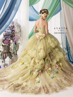 Stella from the back view. Beautiful Costumes, Beautiful Gowns, Ball Dresses, Ball Gowns, Fairytale Gown, Fairytale Fashion, Fantasy Dress, Quinceanera Dresses, Covet Fashion