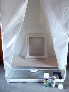 Use Dollar Store garment bag for a spray tent. laid down a sheet of cardboard to create a spray-painting tent. Works like a charm. The tent blocks the wind while spraying and keeps what's inside dust free while it dries. Plus it keeps the overspray from Diy Projects To Try, Home Projects, Do It Yourself Baby, Do It Yourself Inspiration, Ideas Para Organizar, Diy Casa, Ideias Diy, Crafty Craft, Crafting