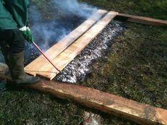 charring wood. chou sugi ban. Cette technique est simple, mais précise. Comme un grand brasier, ou un barbecue, les architectes ont disposé les lames de bois (Douglas bru...