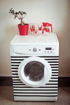 Полосатая стиральная машинка. Скотч позволяет придать мебели и технике обновлённый вид за считанные часы. Например, белизна бытовой техники успела набить оскомину. Если расцветка интерьера позволяет, можете обзавестись вот такой стиральной машинкой, или придумайте нечто своё.