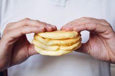 Jestli vám u cukrfree chybí něco, na co si můžete namazat pomazánku, hodit kus sýra nebo masa a zeleniny, tak už vám to něco chybět nemusí. Oopsies! Egg Recipes, Healthy Recipes, Healthy Food, Low Carb Bread, Hot Dog Buns, Pineapple, Food And Drink, Gluten Free, Fruit