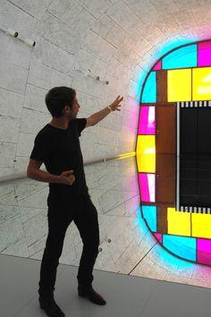 """Le designer Ora Ito présente l'expo """"Défini, Fini, Infini"""", travaux in situ de Daniel Buren au MaMo —Marseille Modulator — sur le toit-terrasse de la Cité Radieuse à Marseille"""