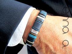 """**Pulsera única y exclusiva**. """"SERIE CLASIC"""" Lleve consigo algo diferente y único. _Distíngase con lo diferente._ Preciosa pulsera de cuero plano de color azul de  10 x 2 mm., con un cierre de..."""